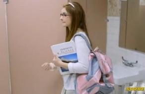 imagen Inocente colegiala follada en baño de la escuela