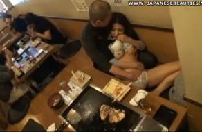 imagen Asiatica manoseada y follada en restaurante