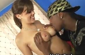 imagen Sexy joven tetona natural follando con un negro