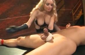 imagen Domina buenorra jugando con su esclavo