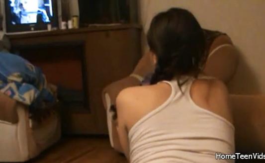 Chica se masturba mientras escucha su cantante preferido - 2 part 2