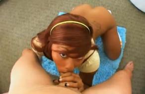 imagen Negrita de caramelo mamando polla. POV