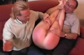 imagen Estricto padre disfruta azotando el culo de su hija