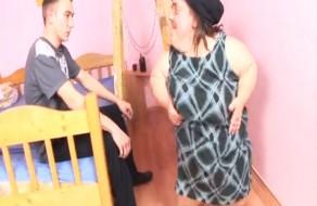 imagen Enana madura follando con un jovencito