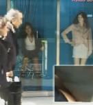 imagen Asiatica follada en el escaparate de una tienda