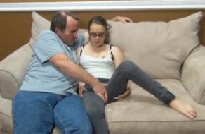 imagen Padre tiene sexo con su dulce e inocente hija
