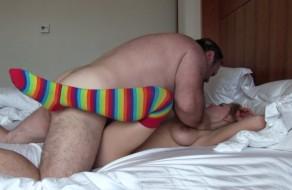 imagen Hombre gordo y peludo se folla a una jovencita
