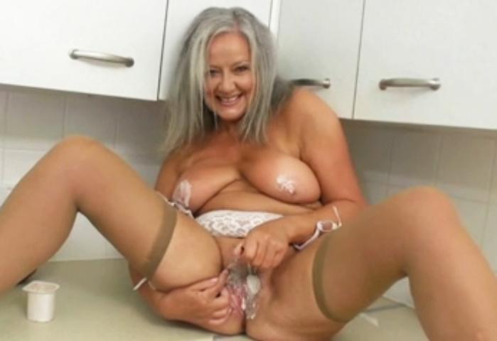Mujer madura de pezones duros en la ducha - 2 part 3