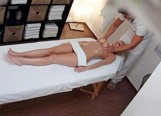 Masajista desnuda masajeando su cuerpo en su cliente
