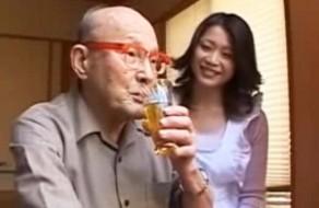 imagen Sirvienta asiatica follando con un anciano