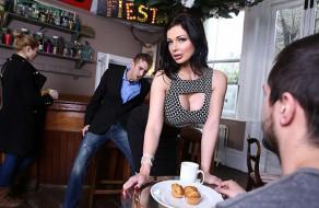imagen Explosiva camarera follando en la cafeteria