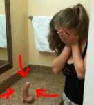imagen Pillada por papa mamando un dildo en el baño…