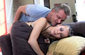 imagen Hija mimada tiene sexo con su padre