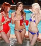 imagen Tres jovenes lesbianas follando en la piscina