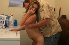 imagen Padre tiene sexo con su hija encima de la lavadora