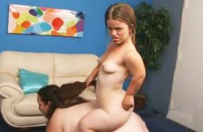 imagen Enana cachonda follando con una mujer gorda