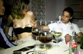 imagen Joven española follando con dos en el bar