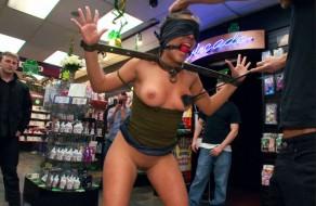 imagen Sumisa latina follada y maltratada en publico