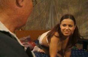 imagen Abuelo violador se folla a su nieta la viciosa