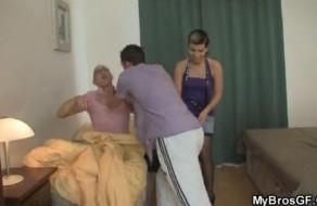 imagen Durmiendo mientras su novia se folla al amigo