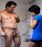 imagen Mamando la polla de su padre en la ducha