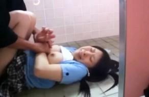 imagen Joven asiatica violada en baños publicos