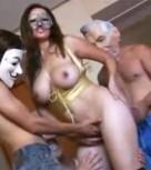 imagen Madura mexicana follada por tres hombres