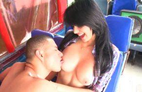imagen Colombiana tetona follando en un autobus