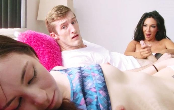 Afortunado chico hace un trio con dos mujeres calientes - 1 part 10