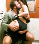 imagen Morenaza culona follando en la cabina de un sexshop