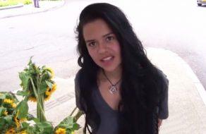 imagen Vendedora de flores colombiana se inicia en el porno