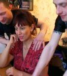 imagen Vieja rusa follada por los amigos de su hijo
