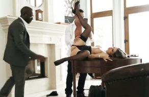 imagen Comparte a la puta de su secretaria con un negro