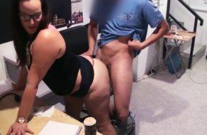 imagen Gordita española follando en la trastienda del sexhop