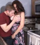 imagen Incesto en la cocina con una madre muy caliente
