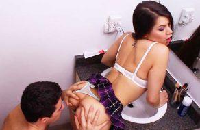 imagen Incesto entre hermanos en el cuarto de baño