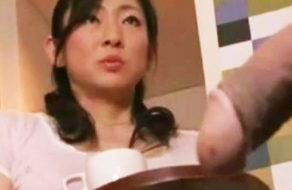 imagen Madre japonesa sorprende a su hijo pajeandose