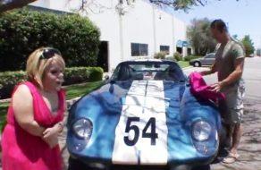 imagen Enana deforme se excita con los coches de carreras