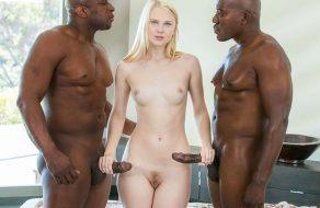 imagen Chica nordica follada por dos hombres negros