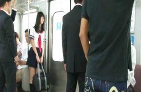 imagen Jovencita manoseada por todos los hombres del tren