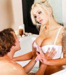 imagen Madre hace un nuru masaje a su hijo