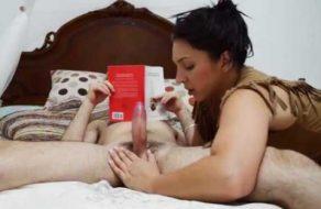 imagen Chupa la polla de su novio mientras lee un libro