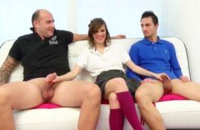 imagen Colegiala española follada por dos hombres amateur