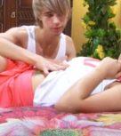 imagen Manoseando a su madre mientras duerme