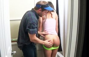 imagen Padre tiene sexo con su hija en el cuarto de baño