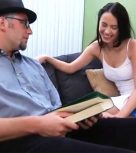 imagen Padre inicia a su hija en el sexo