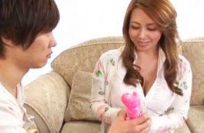 imagen Madura japonesa y el vendedor de dildos a domicilio