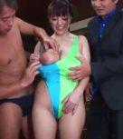 imagen Asiatica tetuda fornicando con dos hombres