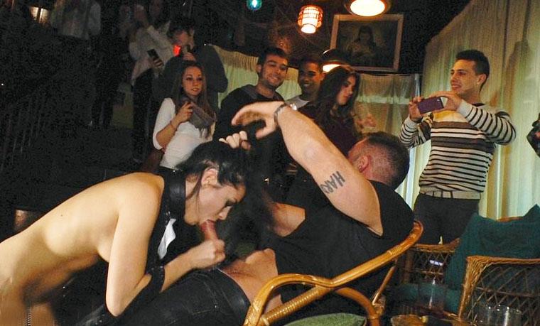 Camarera follada y dominada en un bar lleno de gente