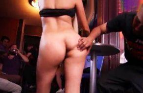 imagen Mexicana putita baila en el bar y folla con los clientes